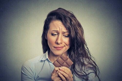 Nainen himoitsee suklaata
