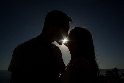 Pariskunta suutelee