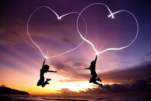 Pariskunta hyppää sydämet