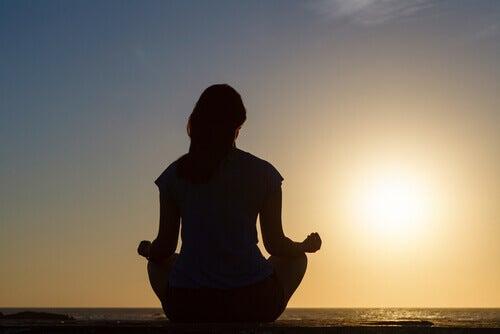 Nainen meditoi mindfulness