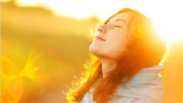 Kiitollinen nainen auringossa