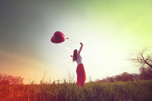 Nainen ja ilmapallo
