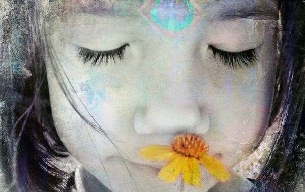 Tyttö arvostaa kukkaa