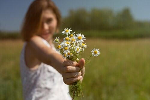 tyttö ja kukat ei heittopussi