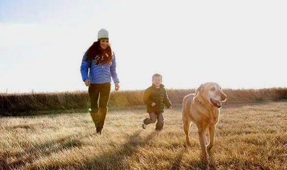 äiti poika ja koira