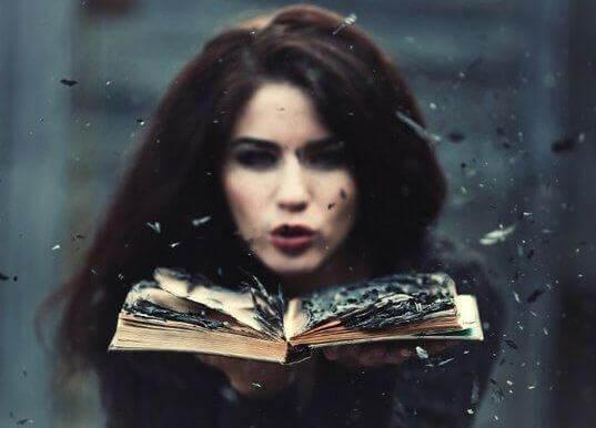 Valittamisen taito nainen ja kirja