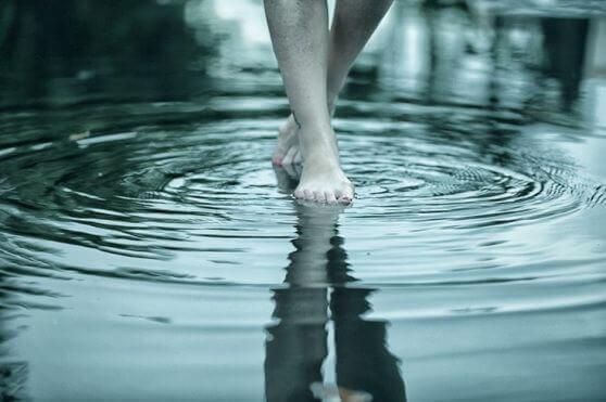 Kävelee veden päällä