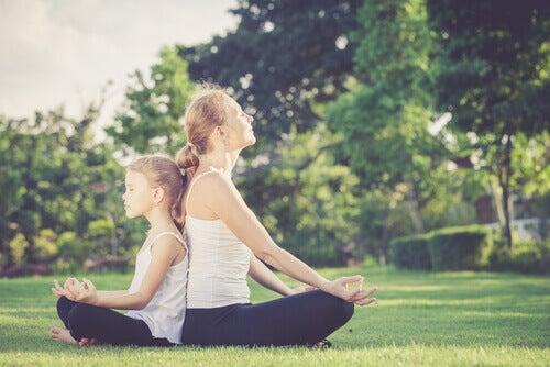 Äiti ja tytär meditoivat