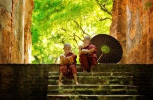 Kaksi buddhalaista poikaa