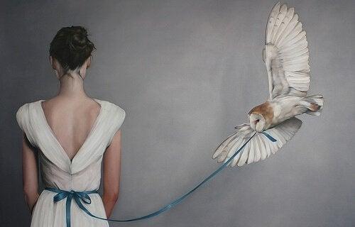 pöllö vetää mekon nauhaa