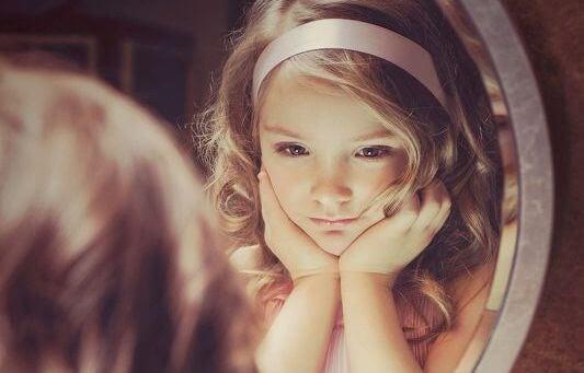 pikkutyttö ja peili