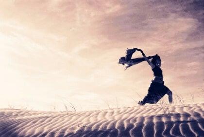 Nainen juoksee rannalla