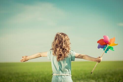 Lapsilla ilo nurmikentällä