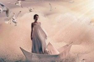 Nainen veneessä