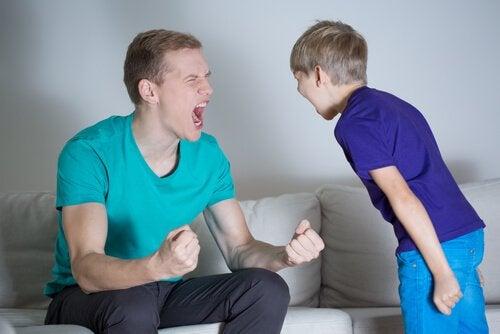 Isä ja poika huutavat