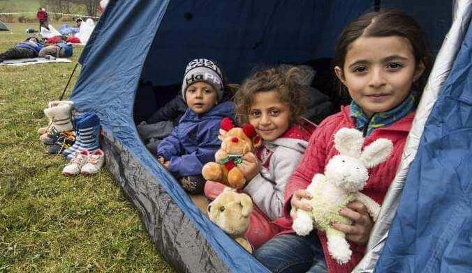 Pakolaislapset teltassa