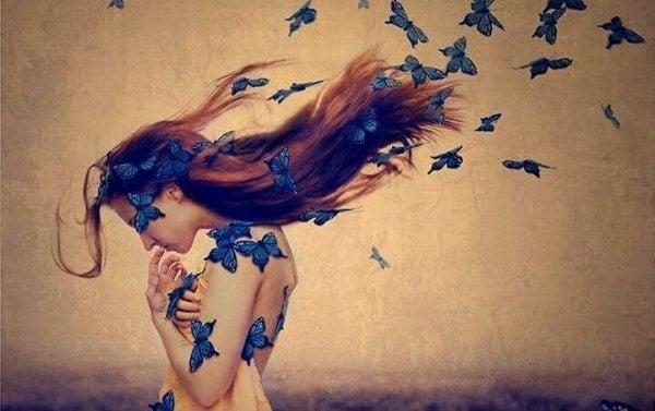 Nainen perhosten peitossa