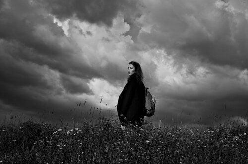 Nainen niityllä