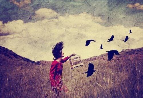 Nainen päästää linnut vapaaksi