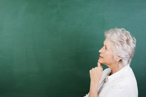 Nainen ajattelee vanhenemista