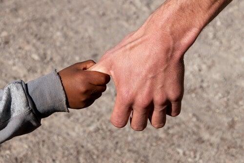 Lapsen ja aikuisen kädet yhdessä