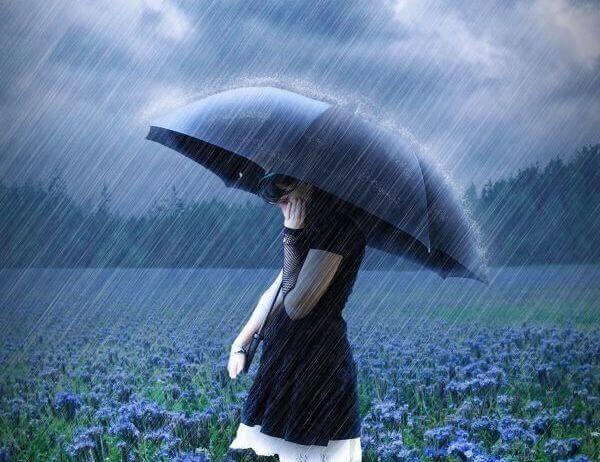 Nainen sateessa