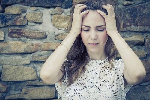Tyttö tuntee itsensä satutetuksi