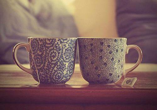 kaksi teekuppia ja vuoropuhelu