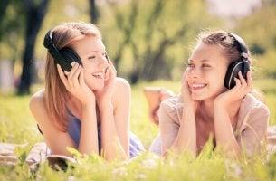 Musiikkiterapia tytöt nurmikolla