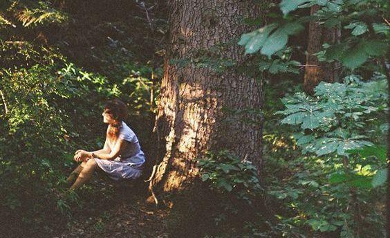 nainen metsassa