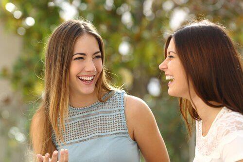 3 ystävällisyyden signaalia kehonkielellä