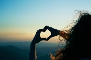 Sydän muodostettu käsillä