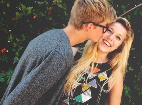 poika suutele tyttöä