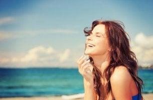 Iloinen nainen rannalla