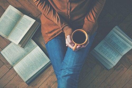 nainen pitelee kahvikuppia