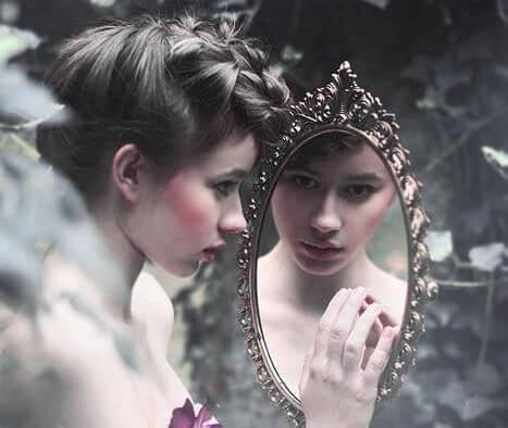 tyttö katsoo peiliin
