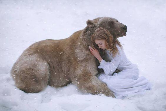 Nainen ja karhu halaavat
