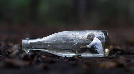 Mies pullossa