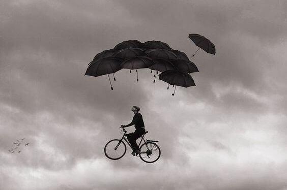 Mies pyörä sateenvarjot
