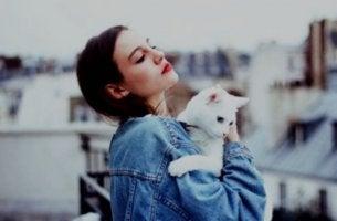Nainen ja kissa
