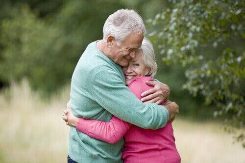 Fyysisen hellyyden tärkeys aikuisille ja lapsille