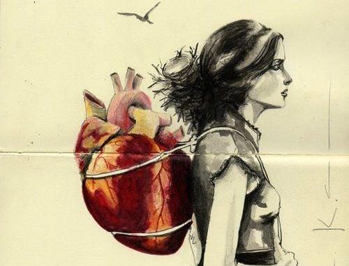 Nainen kantaa sydäntä reppuselässä
