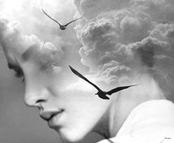 Naisen pää pilvissä