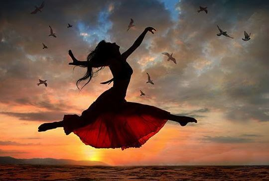 Nainen hyppää