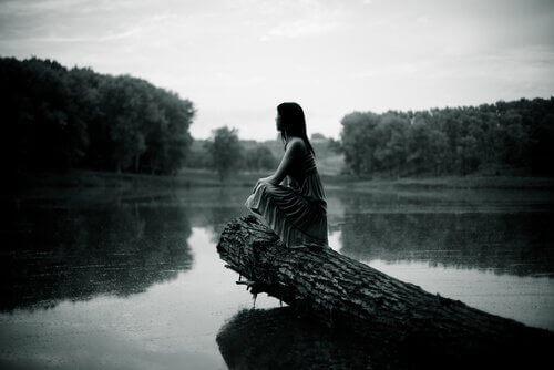 Nainen tyynellä järvellä