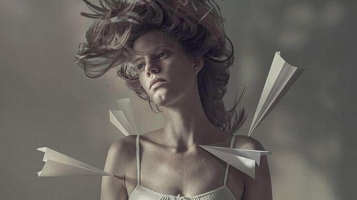 Paperilennokit naisen kehossa