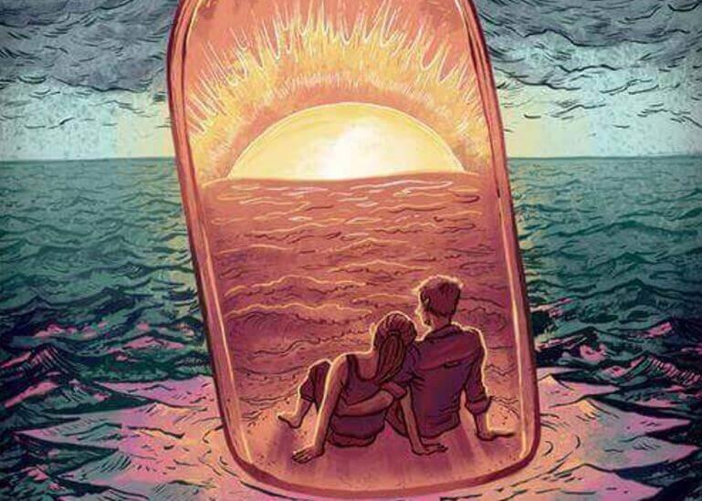 Pariskunta pullossa katselee auringonlaskua