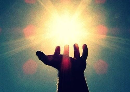 Käsi tavoittelee aurinkoa