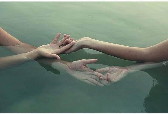 Kädet vedessä