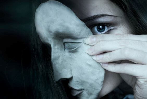 Nainen naamion takana